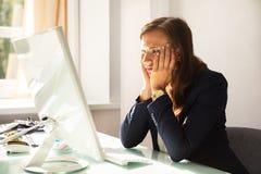 Primo piano di giovane donna di affari sollecitata immagini stock
