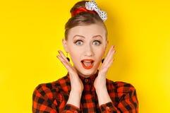 Primo piano di giovane donna che sembra eccitata contro Fotografia Stock