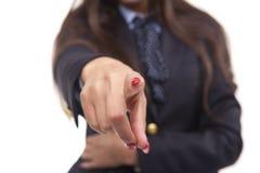 Primo piano di giovane donna di affari che mostra con un dito alla c Fotografia Stock