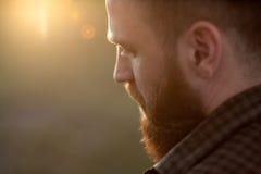 Primo piano di giovane uomo barbuto con la vista laterale posteriore Immagine Stock