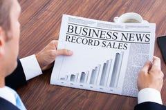 Primo piano di giovane uomo d'affari Reading News Fotografie Stock
