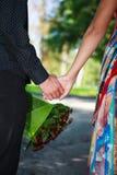 Primo piano di giovani mani affettuose della tenuta delle coppie di estate P Fotografia Stock