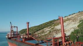 Primo piano di grande nave porta-container rossa e nera sul bacino vicino alla riva colpo Trasporti del mare archivi video