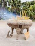 Primo piano di grandi bruciaprofumi in Po Lin Monastery immagine stock