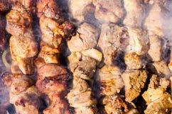 Primo piano di kebab, cucinante sul fuoco aperto fotografia stock libera da diritti