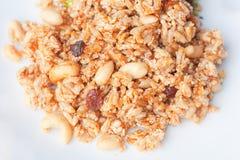 Primo piano di Krayasart - dolce tailandese fatto di riso, del dado, dei semi di sesamo e dello zucchero Fotografie Stock