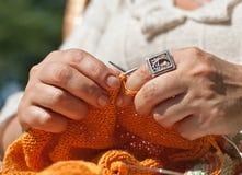 Primo piano di lavoro a maglia fotografie stock libere da diritti