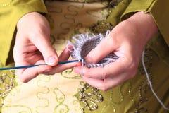 Primo piano di lavoro a maglia delle mani Immagine Stock