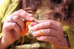 Primo piano di lavoro a maglia delle mani Fotografia Stock