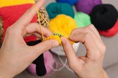 Primo piano di lavoro a maglia delle mani Immagini Stock