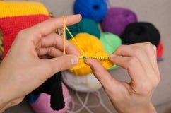 Primo piano di lavoro a maglia delle mani Fotografie Stock