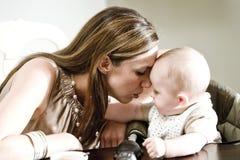 Primo piano di legame del bambino e della madre Fotografia Stock