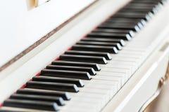 Primo piano di legno d'annata bianco della tastiera di piano immagini stock libere da diritti