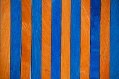Primo piano di legno del fondo di colori arancio blu vivi royalty illustrazione gratis