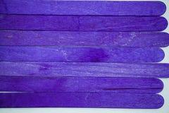 Primo piano di legno del fondo di colori porpora vivi fotografia stock libera da diritti