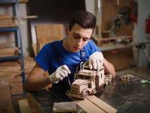 Primo piano di legno dell'automobile con le mani del padrone immagine stock