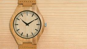 Primo piano di legno dell'orologio archivi video
