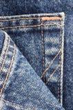 Primo piano di macro del particolare della casella delle blue jeans del denim Fotografia Stock