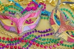 Primo piano di Mardi Gras Beads e delle maschere Fotografia Stock Libera da Diritti