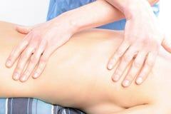 Primo piano di massaggio della spina dorsale Fotografia Stock