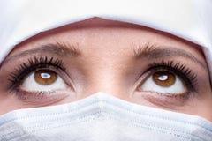 Primo piano di medico che indossa cappuccio e maschera chirurgici fotografia stock libera da diritti