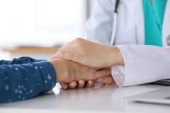 Primo piano di medico che rassicura il suo paziente femminile Etica medica e concetto di fiducia Immagine Stock Libera da Diritti