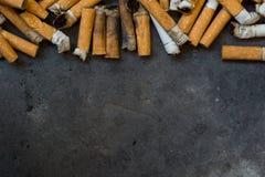 Primo piano di molte sigarette sporche immagini stock