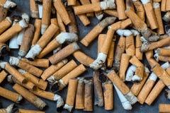 Primo piano di molte sigarette sporche fotografia stock libera da diritti
