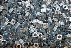 Primo piano di molti ingranaggi del metallo Immagine Stock