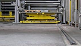 Primo piano di muoversi completamente automatizzato del sistema di magazzino stock footage