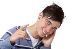 Primo piano di musica d'ascolto mp3 del giovane maschio bello Fotografie Stock