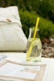 Primo piano di natura morta di una bottiglia di vetro sveglia con la bevanda di rinfresco Fotografia Stock