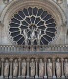 Primo piano di Notre Dame con una finestra fotografia stock