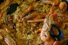 Primo piano di paella casalinga - un piatto tradizionale del riso spagnolo con frutti di mare fotografie stock