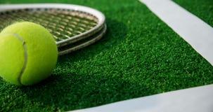 Primo piano di pallina da tennis e della racchetta vicino alla linea bianca 4k stock footage
