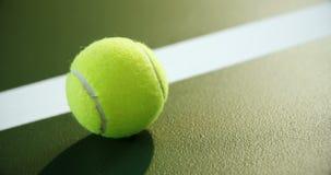 Primo piano di pallina da tennis vicino alla linea bianca 4k archivi video