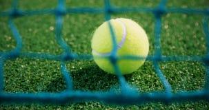 Primo piano di pallina da tennis vicino a rete 4k archivi video