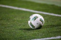 Primo piano di pallone da calcio all'angolo Immagini Stock