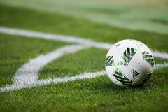 Primo piano di pallone da calcio all'angolo Fotografia Stock