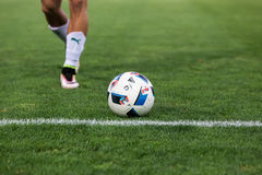 Primo piano di pallone da calcio e dei piedi del giocatore Fotografia Stock Libera da Diritti