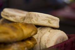 Primo piano di pane in un canestro Immagine Stock