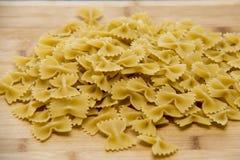 Primo piano di pasta italiana cruda - farfalle Fotografia Stock