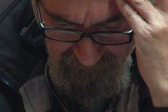 Primo piano di pensiero e di fumo dell'uomo più anziano video d archivio