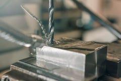 Primo piano di perforazione del metallo Gruppo di lavoro del metallo Immagini Stock Libere da Diritti