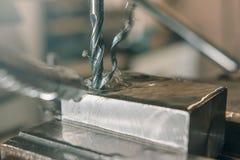 Primo piano di perforazione del metallo Gruppo di lavoro del metallo Fotografia Stock