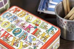 Primo piano di piccola scatola decorato con i disegni per l'apprendimento di vocabolario di infanzia immagine stock