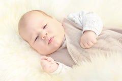 Primo piano di piccolo neonato sveglio Immagine Stock Libera da Diritti
