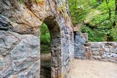 Primo piano di pietra abbandonato dell'arco della Camera Fotografia Stock