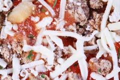 Primo piano di pizza congelata con carne Fotografia Stock