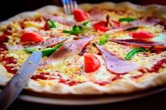 Primo piano di pizza deliziosa servito Immagini Stock